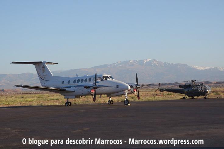 Aeroporto de Ouarzazate e ao fundo a Montanha Mgoun, a 2ª maior montanha do Norte de África