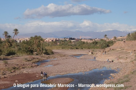 Vista do centro de Ouarzazate desde o outro lado do rio