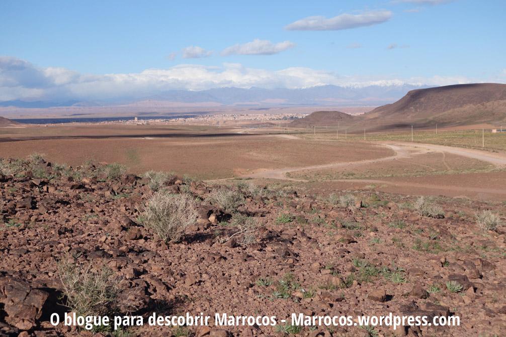Vista da cidade de Ouarzazate e das Montanhas do Atlas com neve